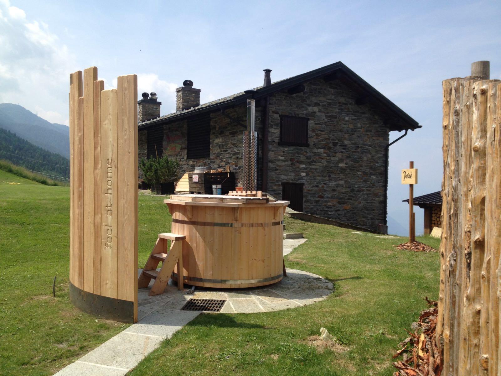 ead18a683a0c La tinozza è una vasca rotonda in legno con una stufa a legna