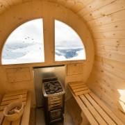 Interno della sauna con stufa a legna
